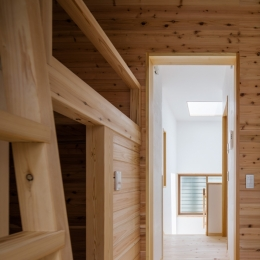 木造耐火でつくる木の住まい (子供室より階段を見る)