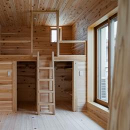 木造耐火でつくる木の住まい (兄弟それぞれのロフトスペースをもつ子供室)