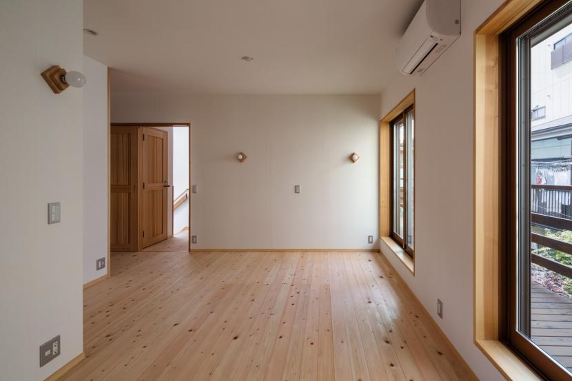 木造耐火でつくる木の住まいの部屋 壁天井和紙張りの寝室