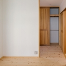 木造耐火でつくる木の住まいの写真 寝室よりクローゼットスペースを見る
