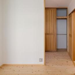 木造耐火でつくる木の住まい (寝室よりクローゼットスペースを見る)