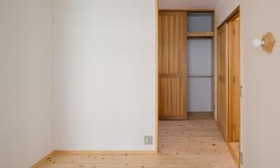 木造耐火でつくる木の住まい~国産材でつくる~ (寝室よりクローゼットスペースを見る)