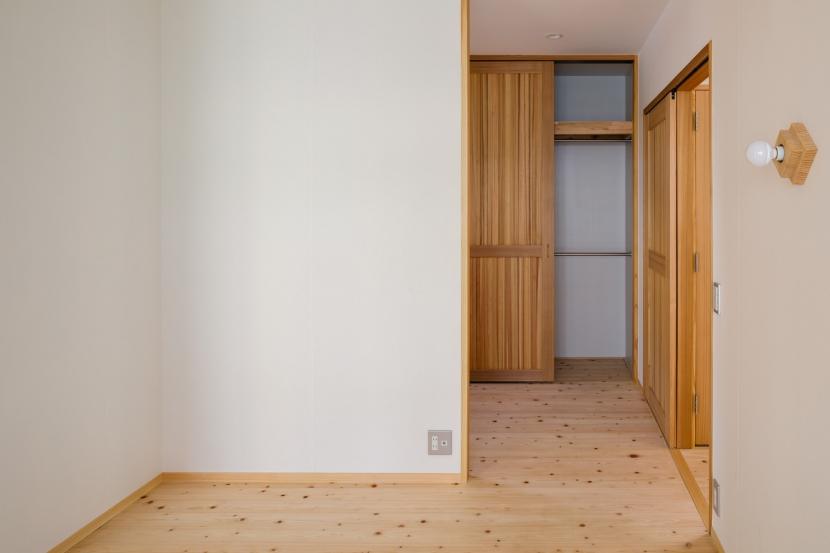 木造耐火でつくる木の住まいの部屋 寝室よりクローゼットスペースを見る