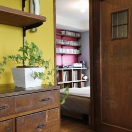 S邸・Shine&colorful HOME (リビングからの書斎兼寝室)