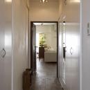 nr邸・アンティークな家具たちが映えるお部屋にの写真 玄関廊下~LDK