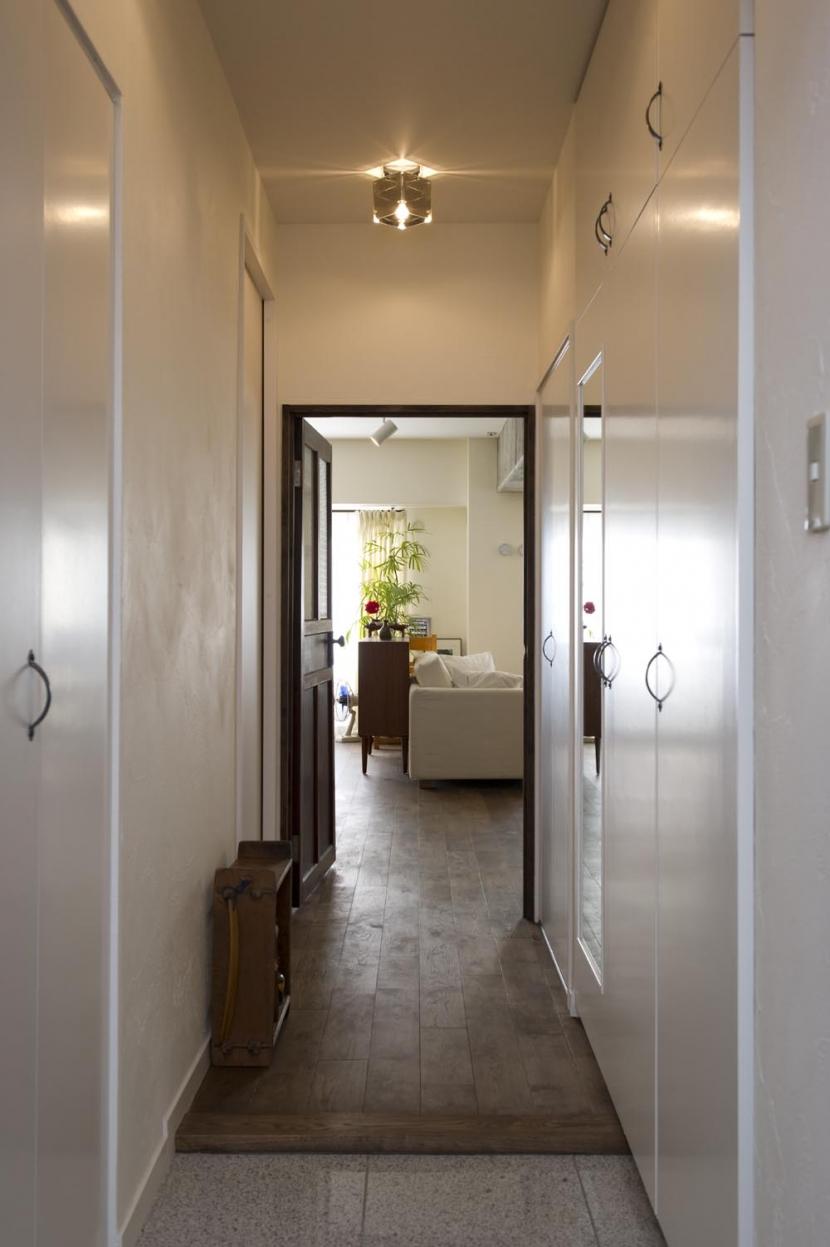 nr邸・アンティークな家具たちが映えるお部屋にの部屋 玄関廊下~LDK