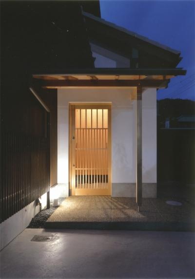 夏涼しく、冬暖かい環境共生住宅 (青森ヒバ引戸のある玄関)