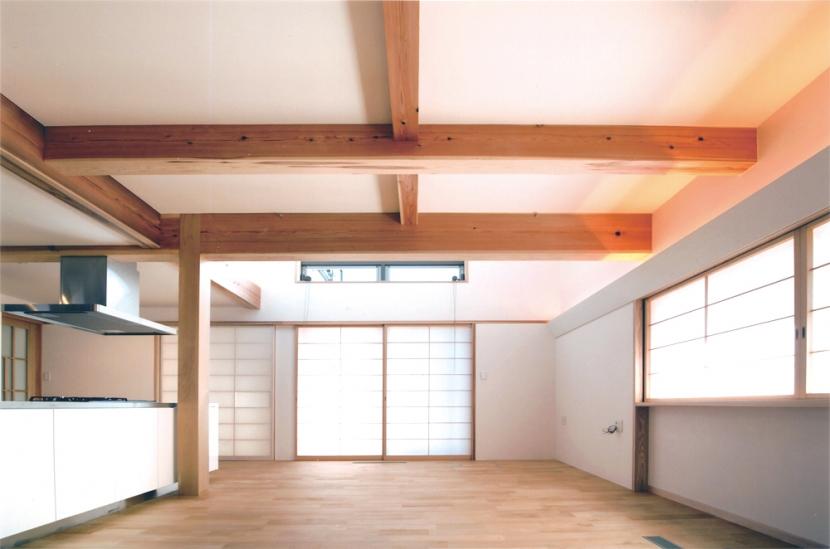 夏涼しく、冬暖かい環境共生住宅の部屋 青森ヒバの香りのするリビング