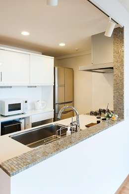 LDKと一体感のある畳スペース (キッチン)