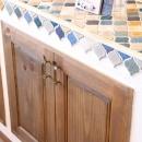 case114・地中海リゾートが漂う漆喰塗り壁の住まい。の写真 キッチンタイル