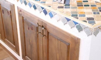 case114・地中海リゾートが漂う漆喰塗り壁の住まい。 (キッチンタイル)