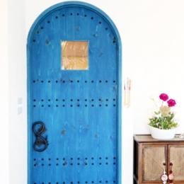 case114・地中海リゾートが漂う漆喰塗り壁の住まい。 (造作ドア)