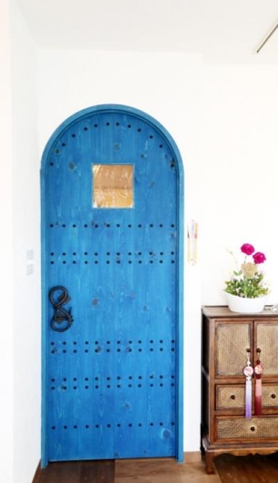 造作ドア (case114・地中海リゾートが漂う漆喰塗り壁の住まい。)