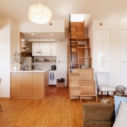 K邸・こだわりの家具と一緒に楽しむ住まい-ダイニングキッチン(階段)