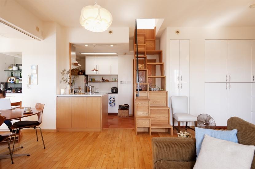 K邸・こだわりの家具と一緒に楽しむ住まい (ダイニングキッチン(階段))