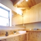 青森ヒバの天板で構成した洗面所 (小屋裏までの大空間「ひばの森」)