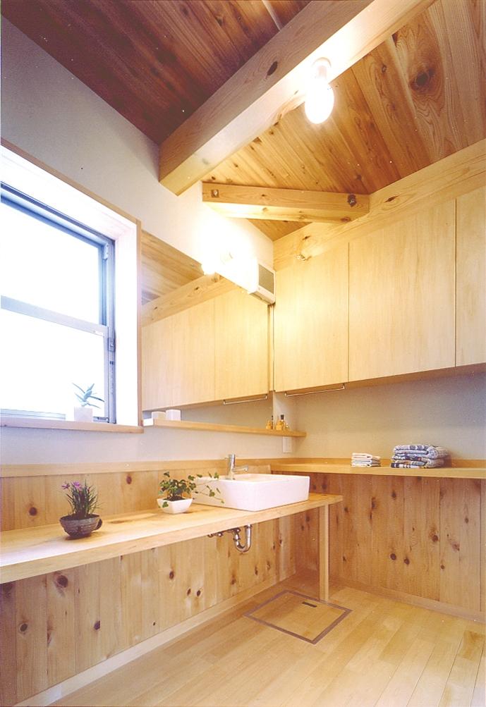 小屋裏までの大空間「ひばの森」の部屋 青森ヒバの天板で構成した洗面所