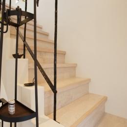 U邸・南欧の田舎家にあこがれてゆったり暮らす (階段)