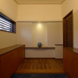 和に合う、ミッドセンチュリー家具との住空間 (有機的な割石の玄関)