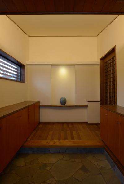 有機的な割石の玄関 (和に合う、ミッドセンチュリー家具との住空間)