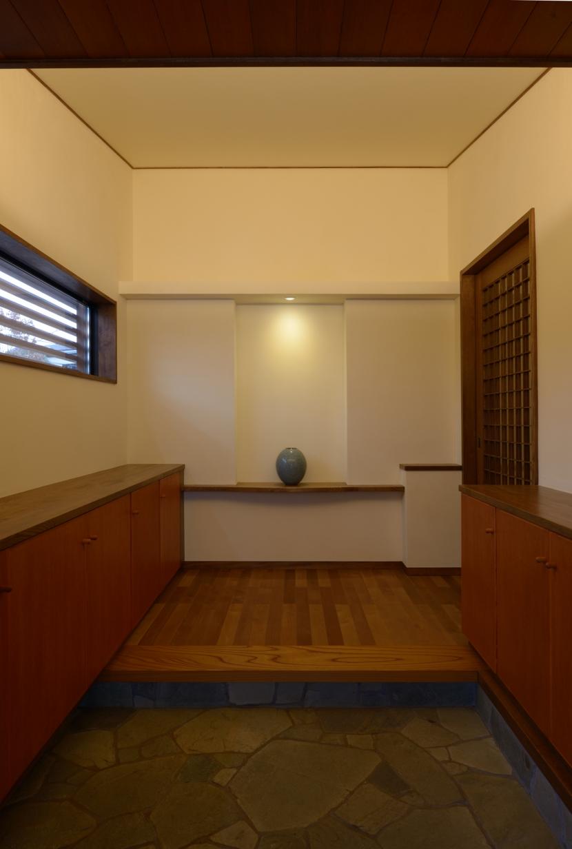 和に合う、ミッドセンチュリー家具との住空間の部屋 有機的な割石の玄関
