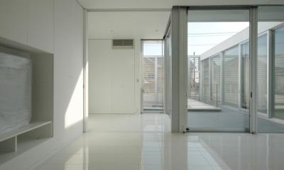 横浜のコートハウス (リビング)