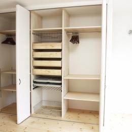 N邸・こだわりのシンプルナチュラル空間 (3F・主寝室大容量クローゼット)
