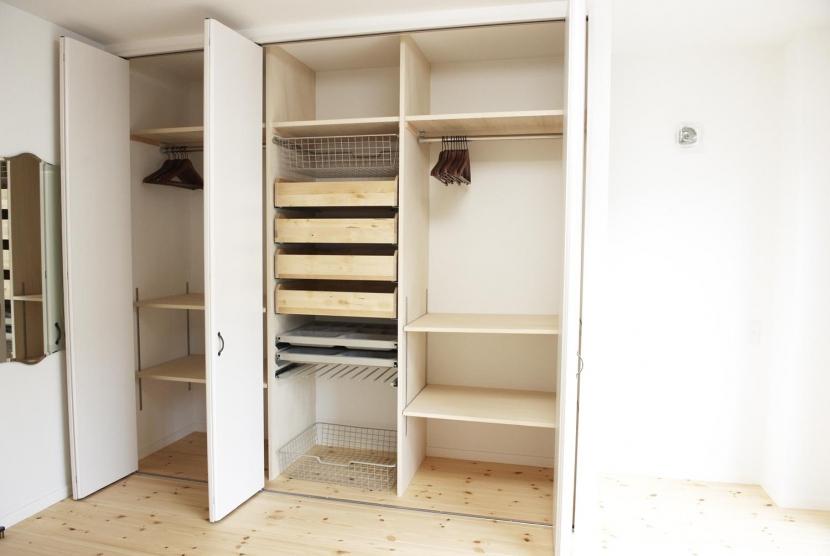 N邸・こだわりのシンプルナチュラル空間の写真 3F・主寝室大容量クローゼット