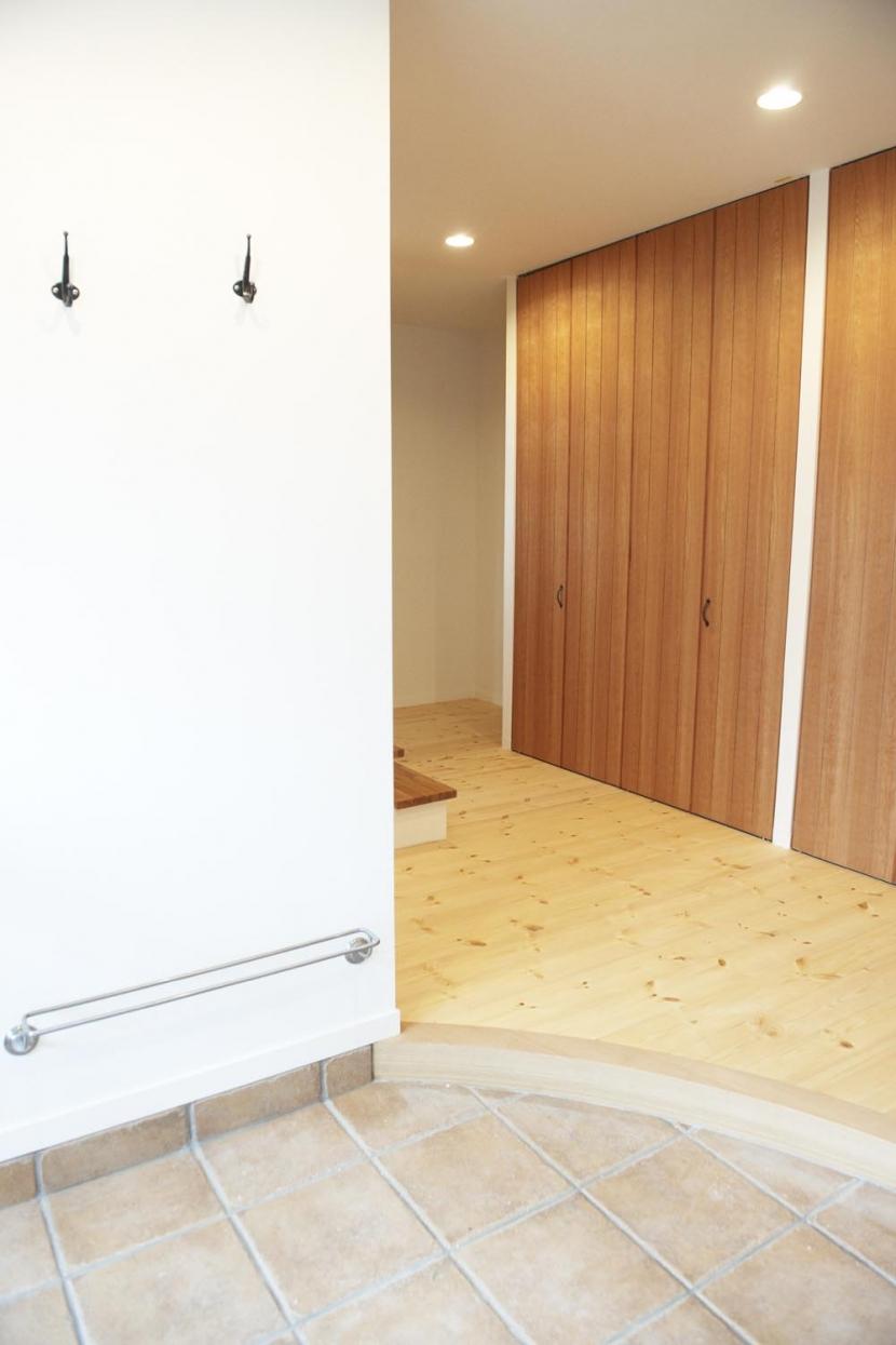 N邸・こだわりのシンプルナチュラル空間の写真 玄関2
