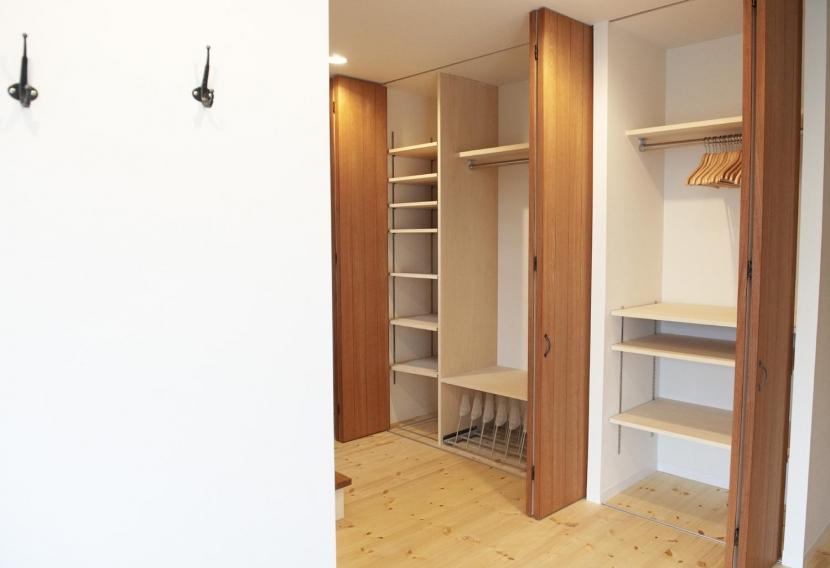 N邸・こだわりのシンプルナチュラル空間の写真 玄関廊下大容量収納