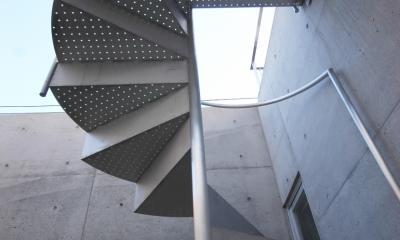 横浜のコートハウス (螺旋階段下から)