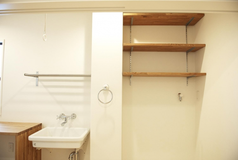 N邸・こだわりのシンプルナチュラル空間の写真 3F・ランドリールーム収納棚