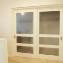 N邸・こだわりのシンプルナチュラル空間の写真 3F・ランドリールームすりガラス引き戸