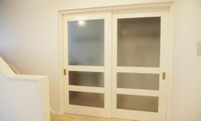 N邸・こだわりのシンプルナチュラル空間 (3F・ランドリールームすりガラス引き戸)