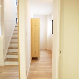N邸・こだわりのシンプルナチュラル空間 (2F・階段踊り場横納戸)