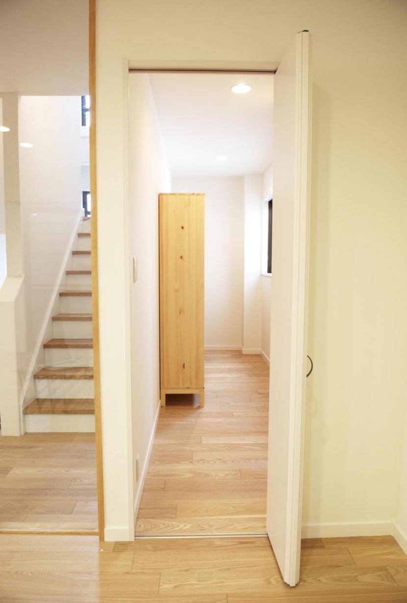 N邸・こだわりのシンプルナチュラル空間の写真 2F・階段踊り場横納戸