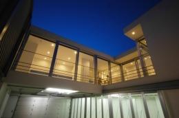 横浜のコートハウス (夜景上下階)