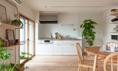 老後の暮らしを見据え、ゆとりと動きやすさを兼ね備えたシンプル&フラットなひろびろワンルーム (キッチン)