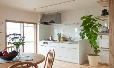 老後の暮らしを見据え、ゆとりと動きやすさを兼ね備えたシンプル&フラットなひろびろワンルーム (キッチン2)