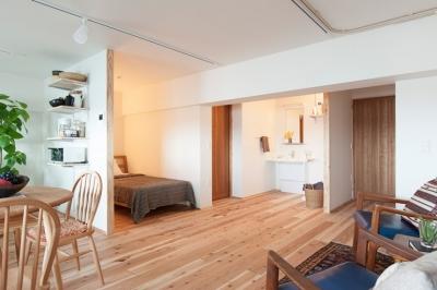 ベッドルーム、洗面台 (老後の暮らしを見据え、ゆとりと動きやすさを兼ね備えたシンプル&フラットなひろびろワンルーム)