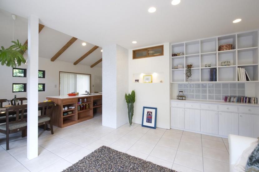 T邸・オリジナルキッチンと家具で光と風が遊ぶ憧れのリビングの写真 リビングダイニング