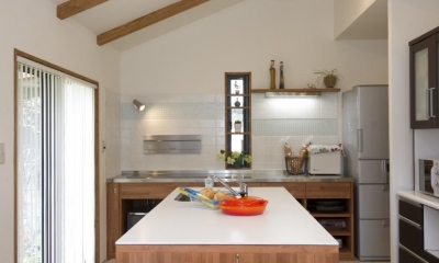 T邸・オリジナルキッチンと家具で光と風が遊ぶ憧れのリビング (ダイニングキッチン)