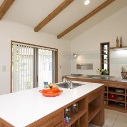 T邸・オリジナルキッチンと家具で光と風が遊ぶ憧れのリビング (キッチン)