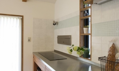 T邸・オリジナルキッチンと家具で光と風が遊ぶ憧れのリビング (キッチン2)