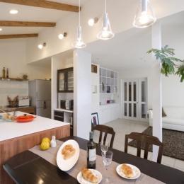 T邸・オリジナルキッチンと家具で光と風が遊ぶ憧れのリビング (LDK)