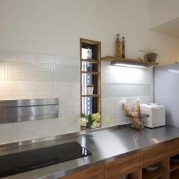 T邸・オリジナルキッチンと家具で光と風が遊ぶ憧れのリビング (キッチン3)
