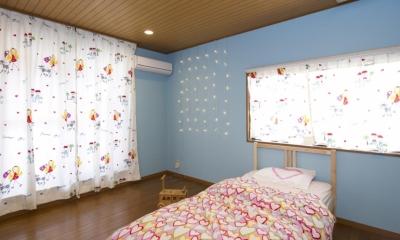 T邸・オリジナルキッチンと家具で光と風が遊ぶ憧れのリビング (子供部屋)
