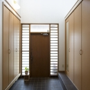 T邸・オリジナルキッチンと家具で光と風が遊ぶ憧れのリビングの写真 玄関