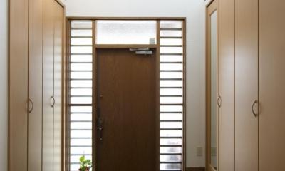 T邸・オリジナルキッチンと家具で光と風が遊ぶ憧れのリビング (玄関)