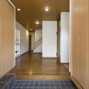 T邸・オリジナルキッチンと家具で光と風が遊ぶ憧れのリビングの写真 玄関2